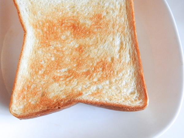 冷凍した食パンを自然解凍後そのまま食べるのはありなのか?